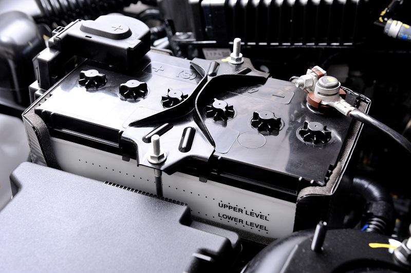 汽车电瓶是帮助汽车正常点火启动的重要部件之一,所以在汽车日常使用中也要合理地使用和保养,延长汽车电瓶使用寿命。那么汽车电瓶多少时间换一次呢?电压达到多少就该换?下面我们一一解析。  汽车电瓶多少时间换 当车辆准备发动时,蓄电池放电给起动机,并由起动机带动飞轮、曲轴转动,从而发动车辆。在发动机供电不足或者未启动时为车内用电器如音响系统、照明系统等提供电源,当发动机开始正常供电之后,蓄电池则会收集并储存电能,以备日后使用。 汽车用蓄电池大致可分为免维护和普通蓄电池(非免维护)两类。 我们大家比较熟悉的乘用车上