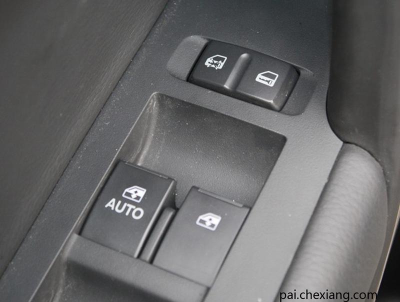 汽车电动车窗控制按钮 电动车窗系统由车窗、车窗升降器、电动机、继电器、开关等装置组成。通常电动车窗系统控制开关会装两套。一套装在仪表板或驾驶员侧车门的扶手上,作为主开关,驾驶员可控制每个车窗的升降。另一套分别装在每一个乘客门上,作为分开关,乘客可进行操纵。在主开关上还会装有断路开关,若它断开,分开关就不会起作用。 车窗玻璃有污渍不仅会影响外观,对视野也会造成影响,过分脏污更影响到电动开关车窗的动作。为防止雨水流入车内,窗框上端附有橡胶带,这也是与玻璃经常接触的地方。玻璃污损后与橡胶带的摩擦增大,日常开关